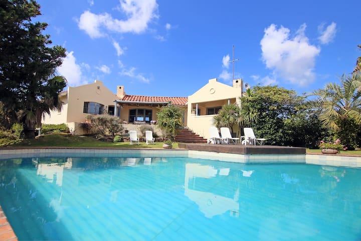 Amplia casa con vista al mar y pileta - La Barra - Bungalo