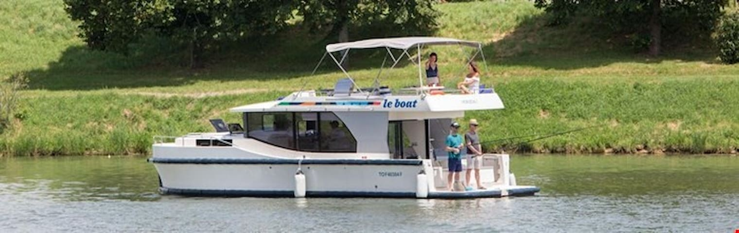 Charming Victorian Cruise on 2 Cabin Boat