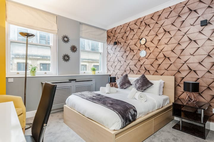 High-End Designer Flat in the Heart of London CBD