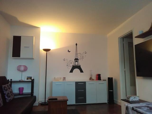 Paris à pieds depuis une belle chambre confortable