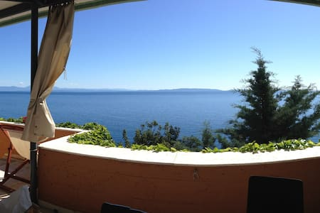 Beachfront house 120m², awsome view, near Leonidio