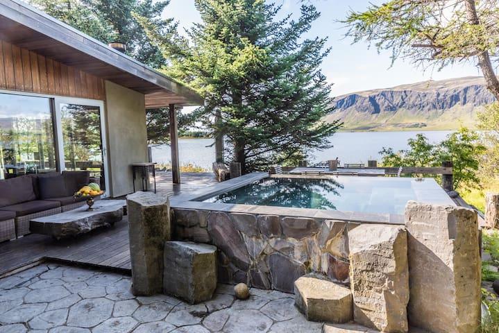 Luxury Lakefront Villa w/hot tub
