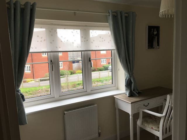 Lovely room nr J21, rail+airport - Weston-super-Mare - Casa