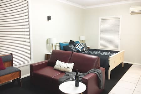 Roseleigh Studio,     close to CBD, Mt Panorama