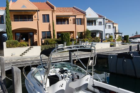 Dolphin Vista, canal front with private jetty - Halls Head