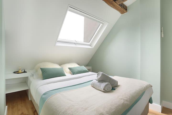 chambre 1 avec un lit double