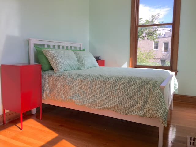 Clean & Central Shaw Townhouse - Green Room