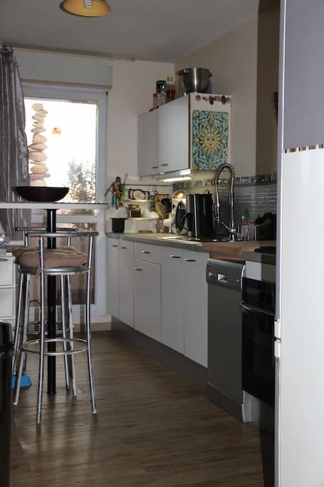 La cuisine ouverte sur séjour avec vaste terrasse