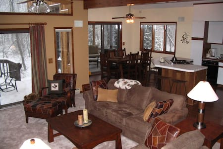 Cozy Weekend Getaway - Close to Camelback - Long Pond - Hus