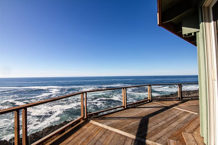 Ocean Front! Spectacular Whale and Wave Watching! Dog Friendly!