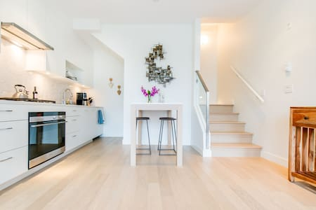Modern and clean quiet townhouse. - Vancouver