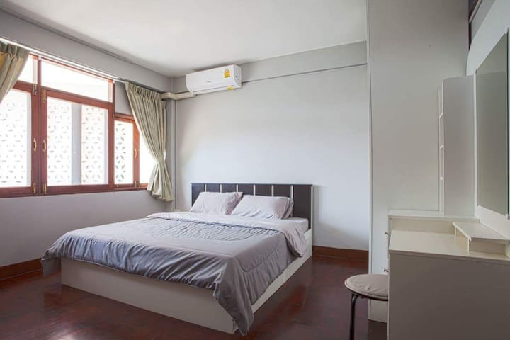Large Apartment in Samsen Court, Old Town Bkk