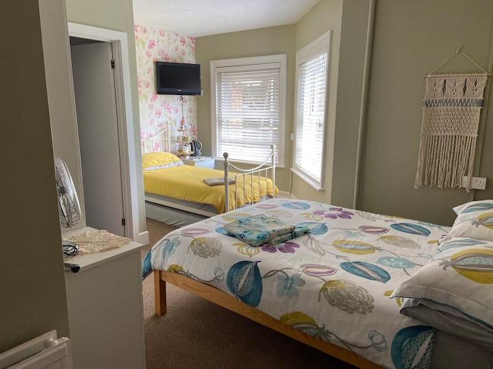 *family room - 4 guests* Bournemouth town centre