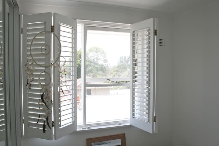 Bright, Sunny, Top-Story Apartment - Fairlight - Apartment