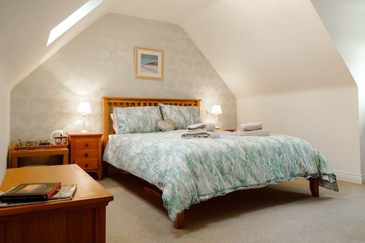 Quiet King Size suite with parking and Breakfast