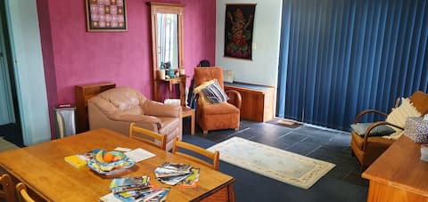 Spacious unit by the beach in sunny Blackmans Bay