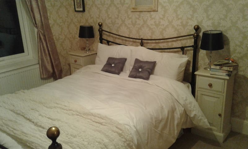 Comfortable ,double room,warm welcome - Southport - Huis