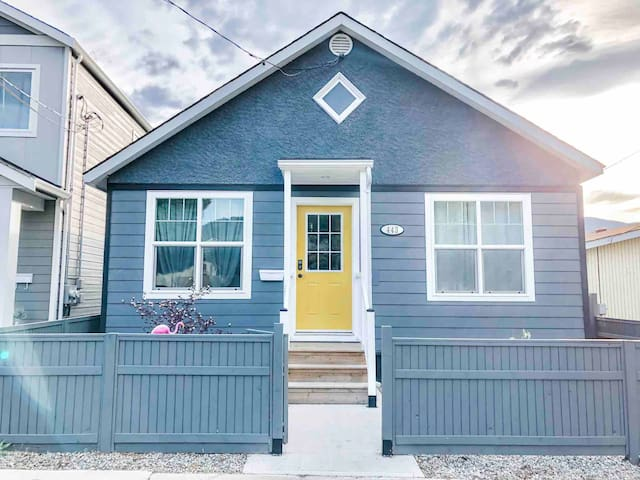 Yellow Door Bungalow-  Walk to the lake + downtown