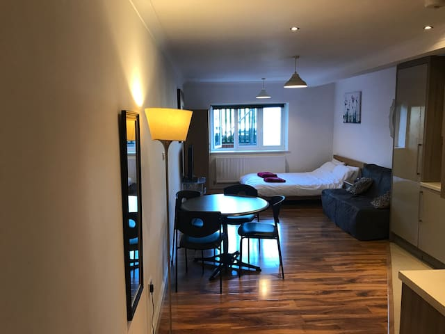 Private studio, slough centre, 2 min train station