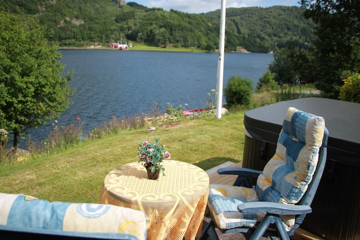 Solfylt sjøhytte med egen brygge - Lyngdal - Talo