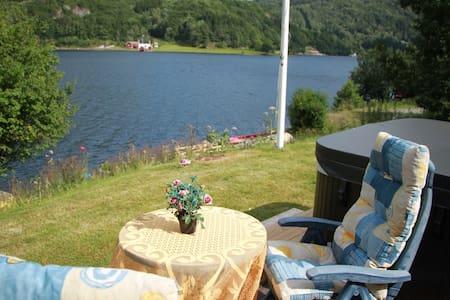 Ferienhaus am Fjord mit Bootssteg - Lyngdal - Maison