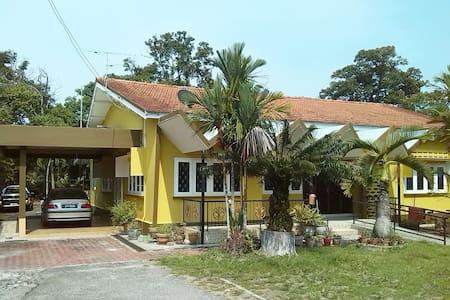 Homestay Temenggong - Μπανγκαλόου