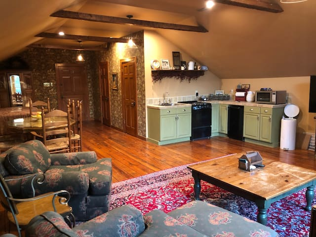 Private Restored Barn Loft with Bed / Kitchen-Wifi