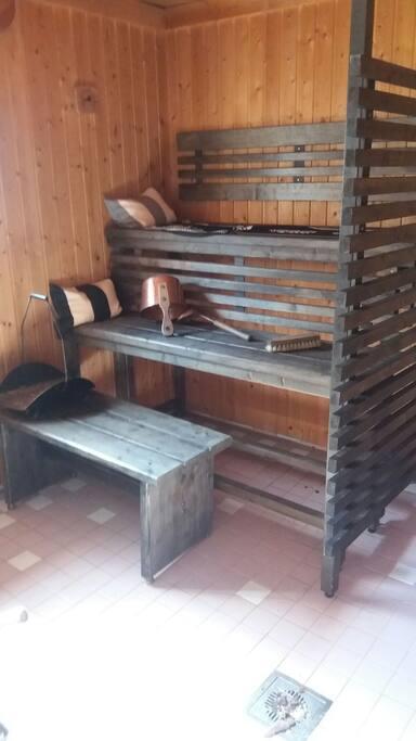 Sauna lämpeää toivottaessa.