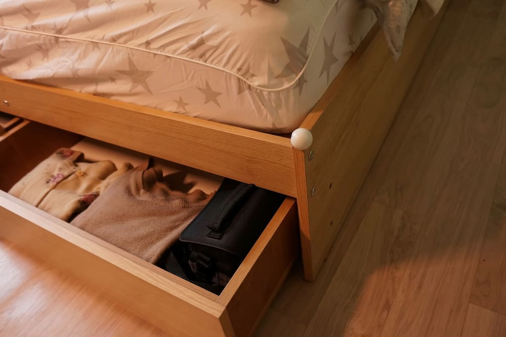bed has 3 drawers