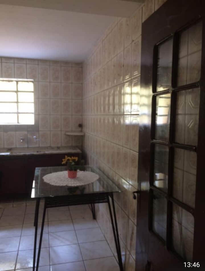 Quarto R$ 450,00 mensal  no centro de Itapira