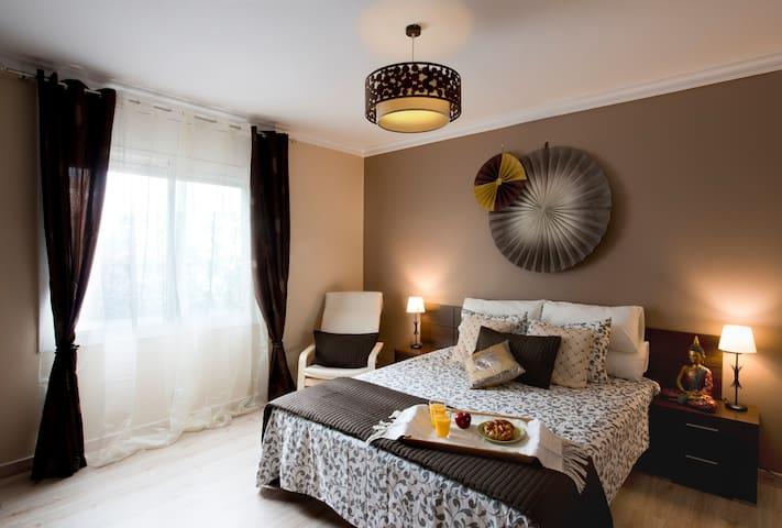 Hola Barcelona Quiron apartment!Charming 3 bedroom - Barcellona - Condominio