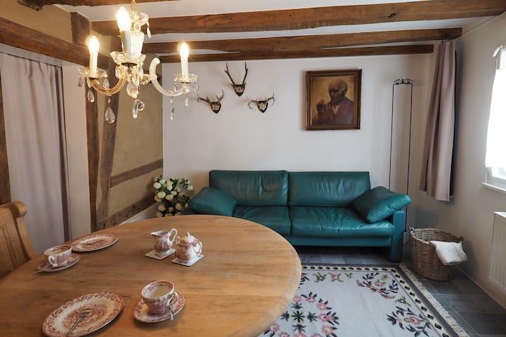 Wohnzimmer mit   Eckbank, Tisch und Ledersofa