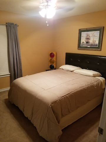 Updated home, comfy bed, and near EVERYTHING! - Texarkana - House