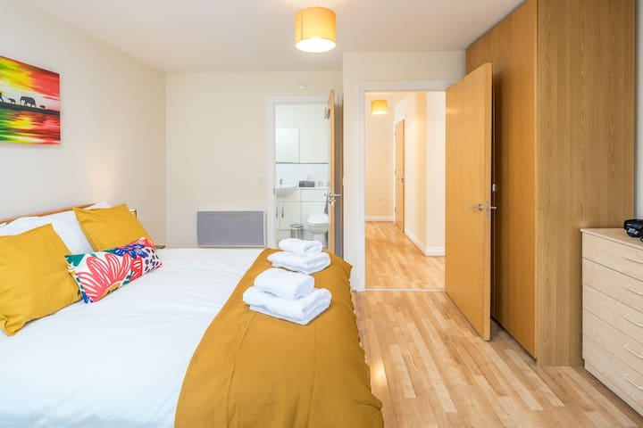 Central Apartment Watford with Private Terrace and Parking 4 guests