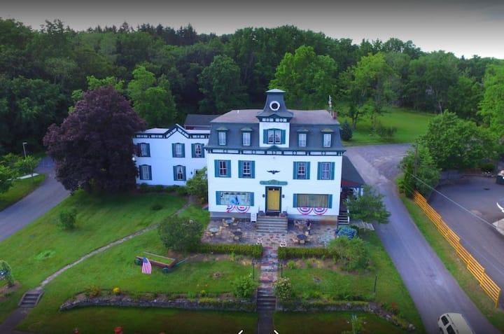 Hudson/Berkshires - Victorian Landmark In Village