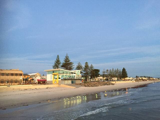 Absolute beach front holiday in the city - a HOUSE - Henley Beach - Huis