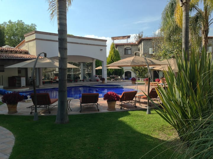 Lovely villa with pool and surveillance 24hr