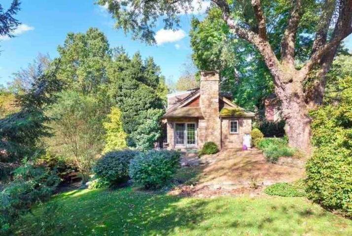 Stone Farmhouse & Guesthouse on Saucony Creek