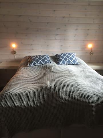 Soverom 1 med dobbeltseng og romslig garderobeløsning