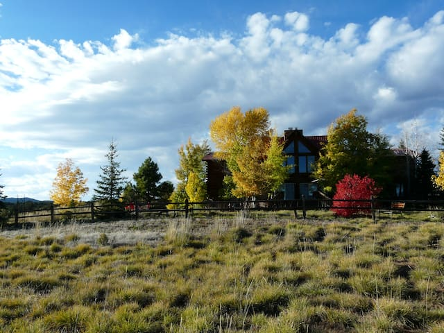 Peaceful Meadows Lodge: 9 Bed/10 Bath on 40+ acres - Mancos - Bed & Breakfast