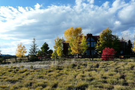 Peaceful Meadows Lodge: 9 Bed/10 Bath on 40+ acres - Mancos