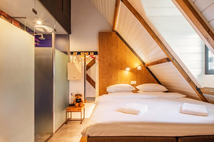 STAY STYLISH IN OUR EPIC BUNK ROOM WITH EN-SUITE