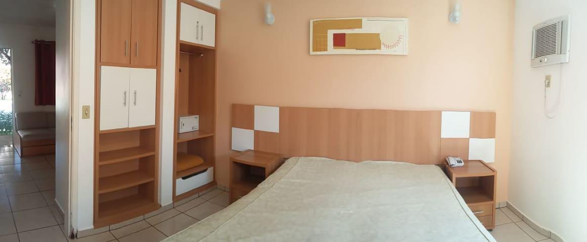 Quarto: Pode-se tirar a cama solteiro ou deixa-la como apoio ou mesmo para uma criança a dormir no quarto com os pais.   Foto meramente ilustrativa