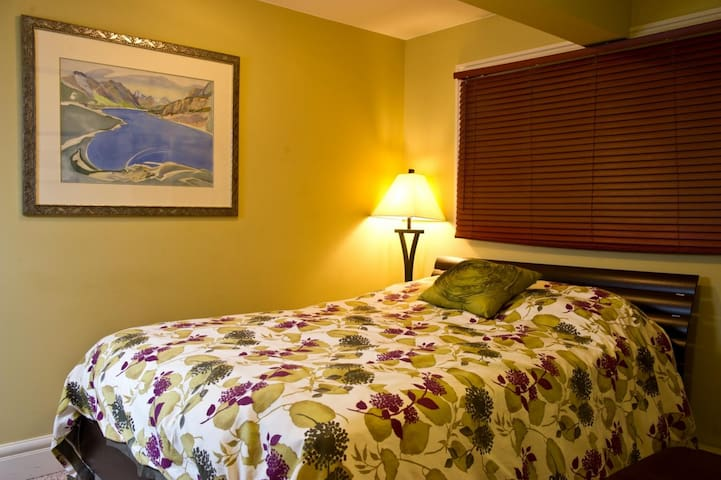 Auberge Kicking Horse B&B by Elevate Rooms  - Selkirk Room, Private Bathroom