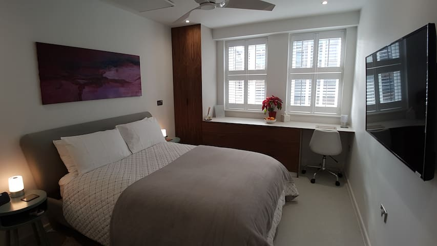 Luxury ensuite room in Tower Hill, parking extra
