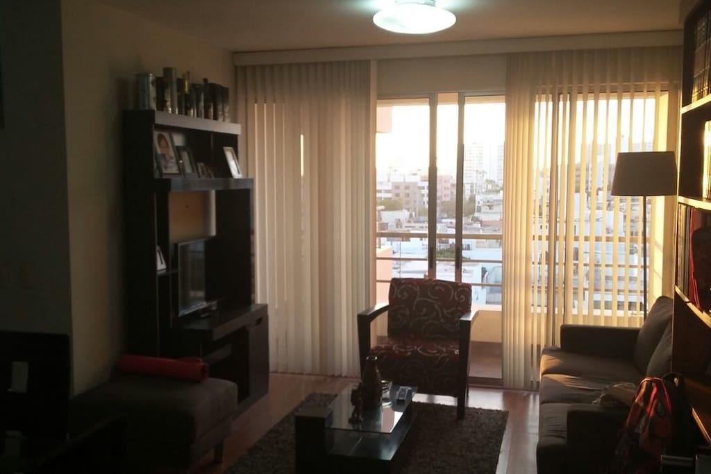 Sala con TV y balcón