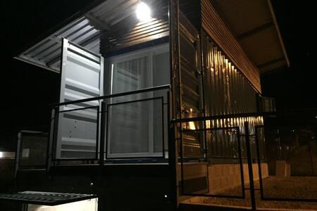 Casa Container - Geramos nossa própria energia.