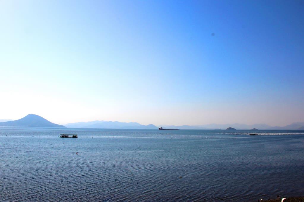 바로 앞에 맑고 푸른 바다가 드넓게 펼쳐져 있어 정말 시원합니다 가족끼리 힐링할 수 있는 시간이 될거에요