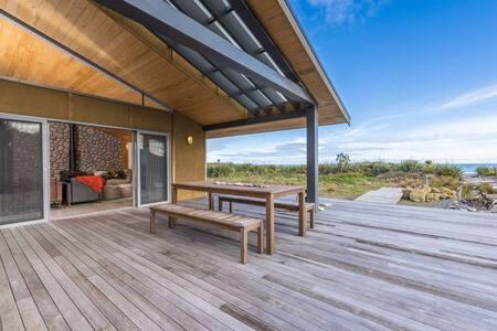 Takutai Beach House 300m from Pancake Rocks!