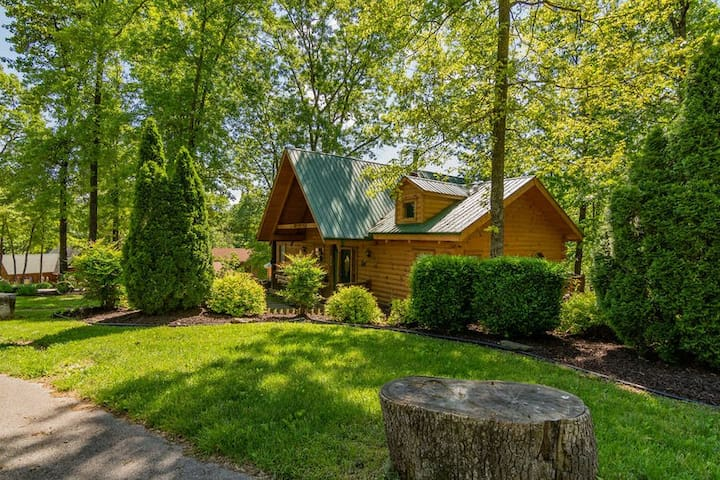 Amazing Wood Log Cabin, nestled in woods,Firepit,hot tub,Near Big Cedar